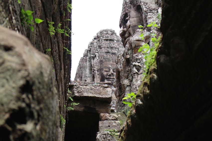 都城遺跡「アンコール・トム」の中心寺院「バイヨン」巨大な顔の正体は?